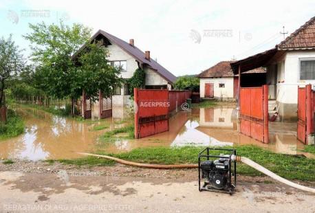 IGSU: Fenomenele meteorologice au produs efecte în opt judeţe şi Bucureşti; peste 1.000 de pompieri au intervenit