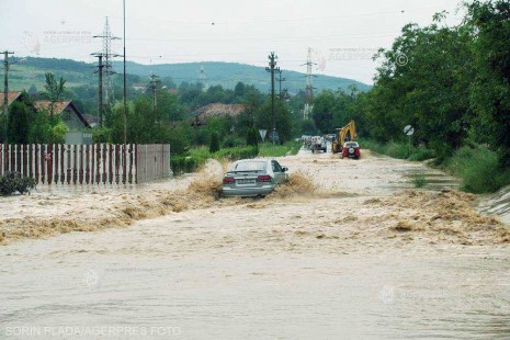 Cod portocaliu de inundaţii pe râuri din 4 judeţe; Cod galben pentru 17 judeţe