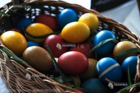 Caraş-Severin: Sătenii din Soceni dau de pomană coşuri cu mâncare, în a doua zi de Paşte, potrivit tradiţiei