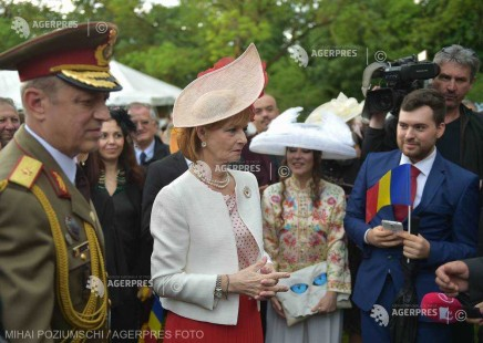 Garden Party la Palatul Elisabeta: Mii de invitaţi prezenţi, în ciuda ploii