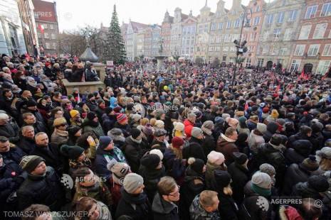 Polonia: Funeraliile primarului oraşului Gdansk, decedat după ce a fost înjunghiat, au reunit 45.000 de persoane
