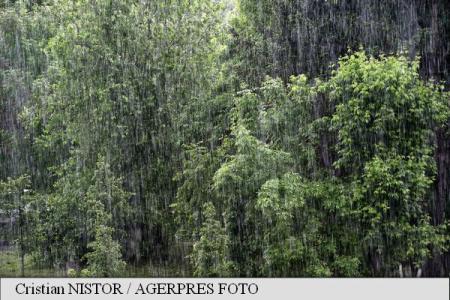 ANM: Cod galben de ploi în 32 de județe, până luni dimineața
