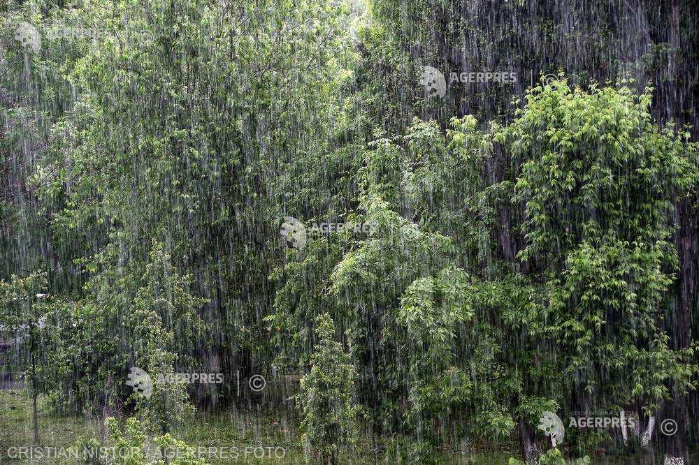 Cod galben de ploi torenţiale şi instabilitate atmosferică accentuată în 25 de judeţe, până luni seara