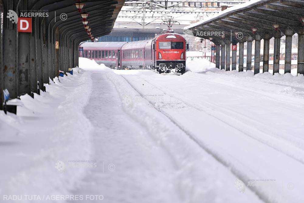 CFR: Trenurile oprite pe traseele afectate de vremea nefavorabilă au început să fie reînscrise în circulaţie