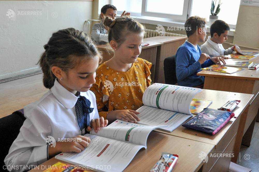 Elevii din învăţământul preuniversitar şi copiii de grădiniţă se întorc la cursuri