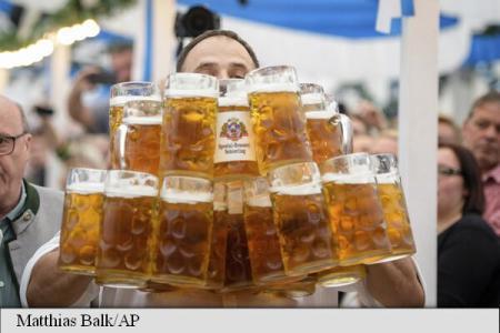 Un german și-a doborât propriul record mondial la cărat halbe de bere