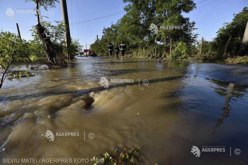 Cod portocaliu de inundaţii pe râuri din 8 judeţe, până joi dimineaţa