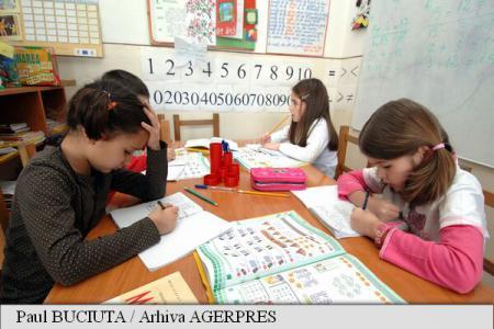 Elevii și preșcolarii se întorc luni la cursuri