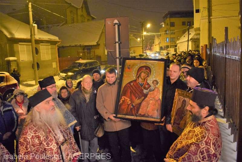 Sibiu: Aproape 700 de credincioşi prezenţi la un pelerinaj prilejuit de aducerea unei icoane cu Maica Domnului