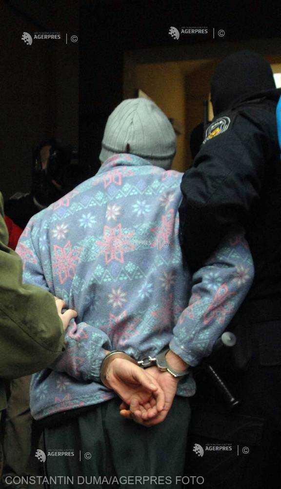 Vrancea: Bărbat reţinut de poliţişti, după ce a aruncat un cocktail Molotov în curtea sediului PSD
