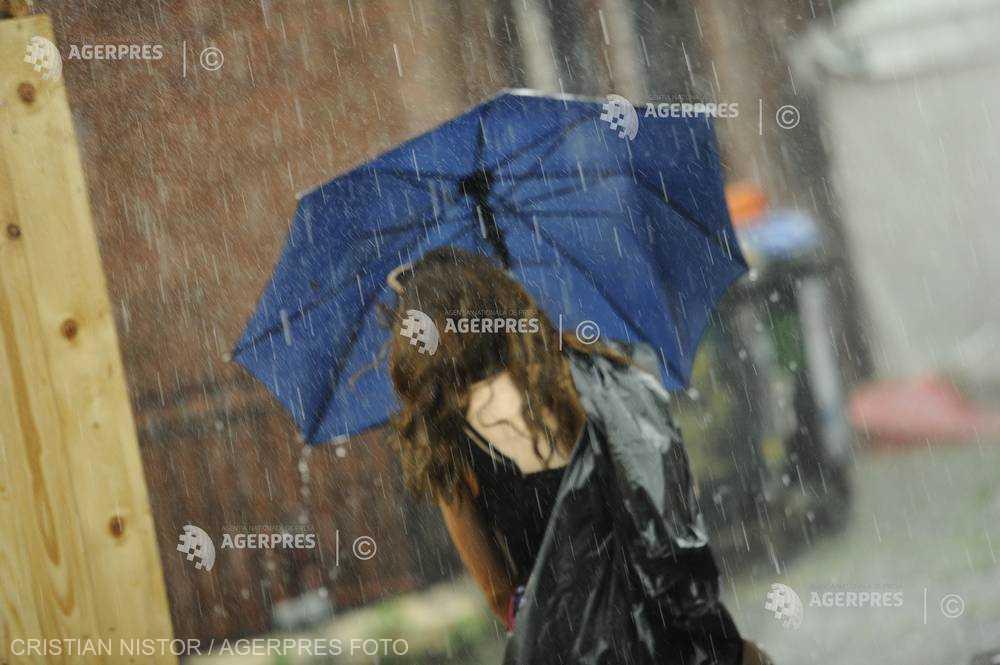 ANM: Ploi torenţiale, vijelii şi grindină la nivelul întregii ţări, până la ora 23:00