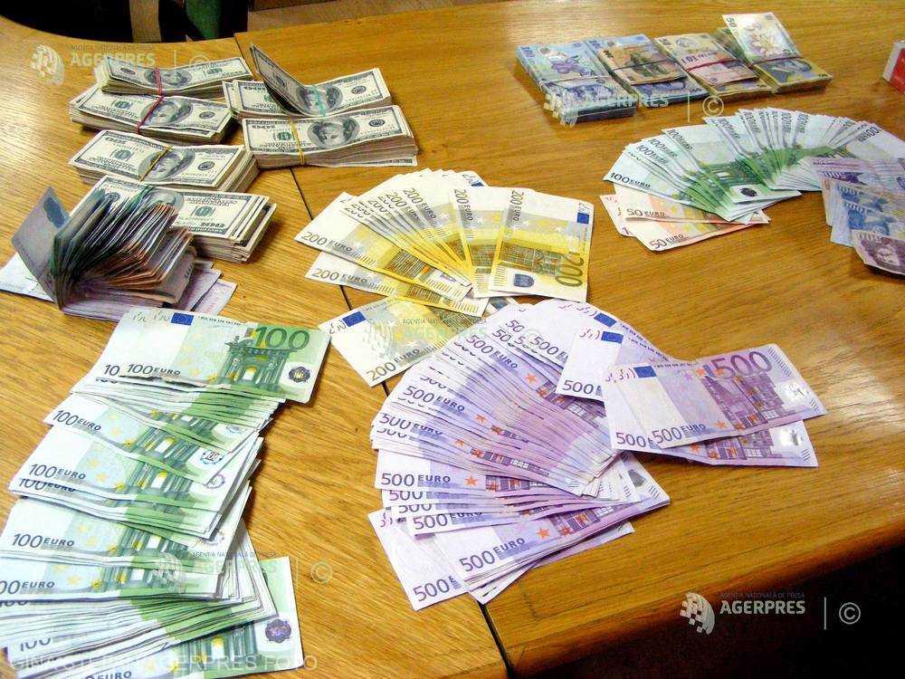 Moneda naţională se depreciază pe piaţa interbancară în raport cu euro şi dolarul american