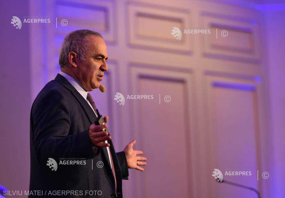 Gari Kasparov crede că preţul noilor tehnologii este invadarea vieţii private
