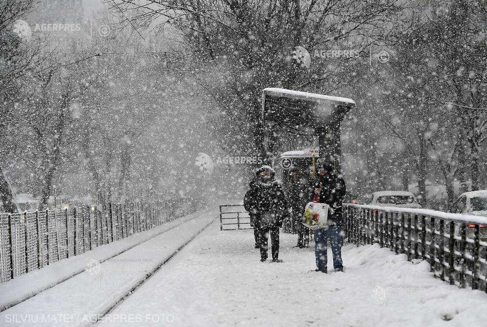Va continua să ningă în Bucureşti, marţi dimineaţa; s-a depus strat nou de zăpadă de 5...7 cm, în trei ore