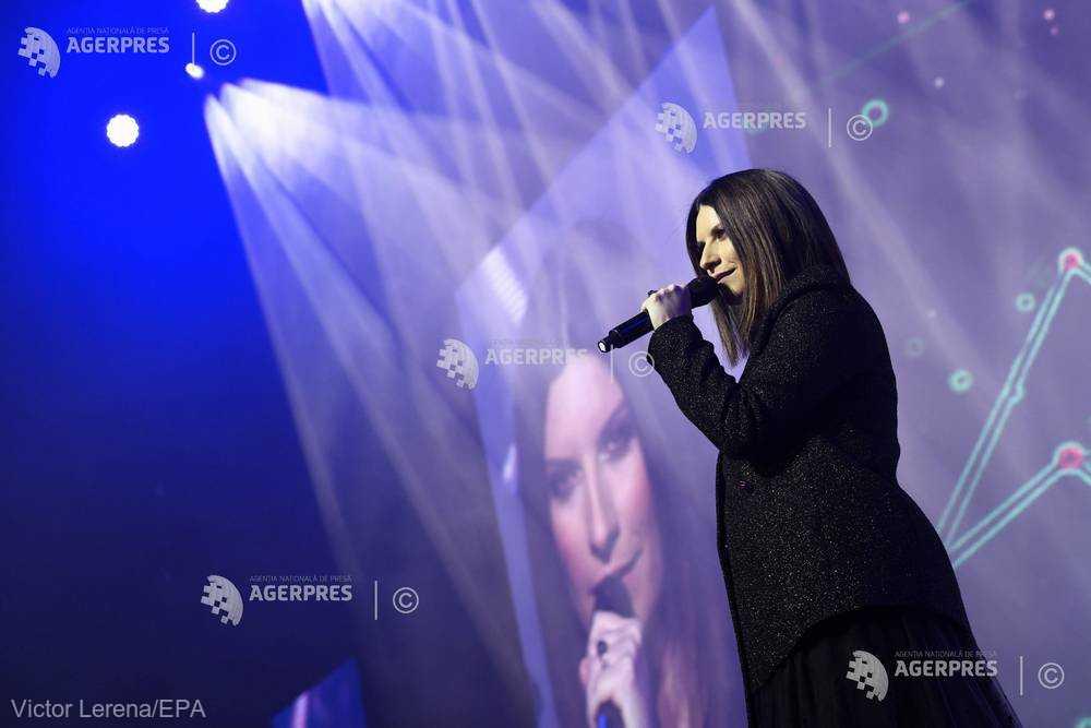 O PERSONALITATE PE ZI: Cântăreaţa Laura Pausini