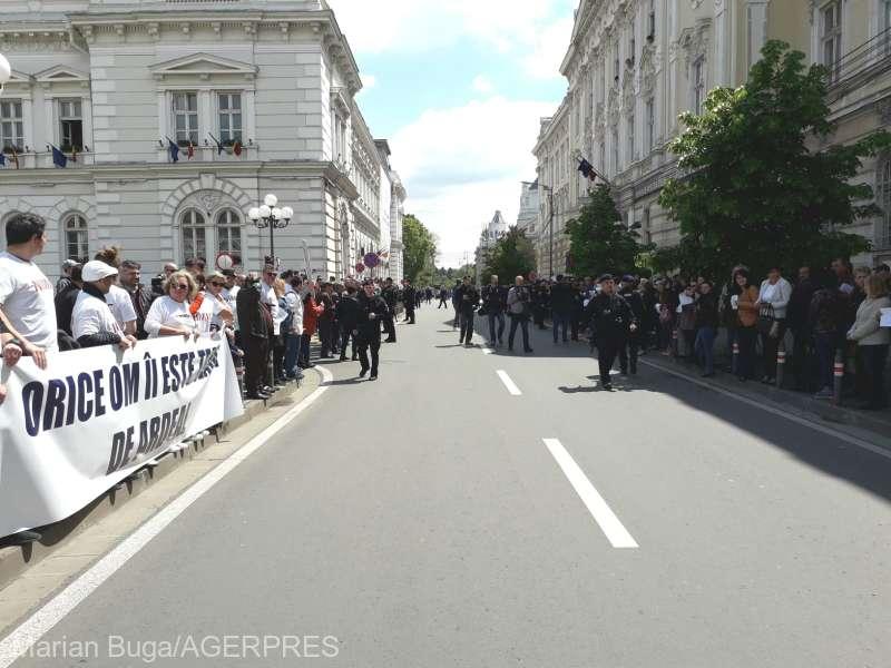 Arad: Proteste la sosirea premierului Dăncilă la Prefectură şi Primăria Lipova