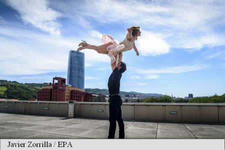 Doi logodnici și-au pierdut cunoștința după ce au repetat o figură de dans din filmul