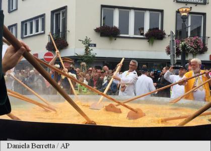 Belgia: În pofida scandalului ouălor contaminate, tradiționala omletă uriașă de la Malmedy a fost servită