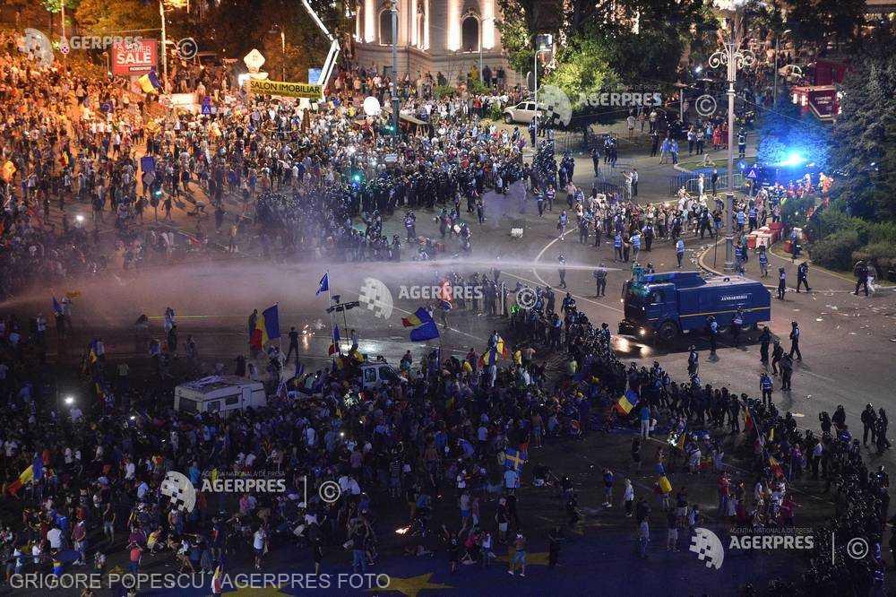 Politico: Democraţia sub asediu în România