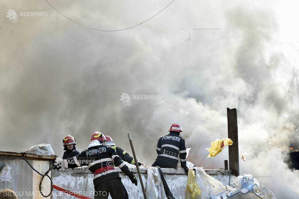 Ministerul Mediului: Evoluţia norului de fum provenit de la incendiul din zona Afumaţi-Voluntari va fi de relativă staţionare