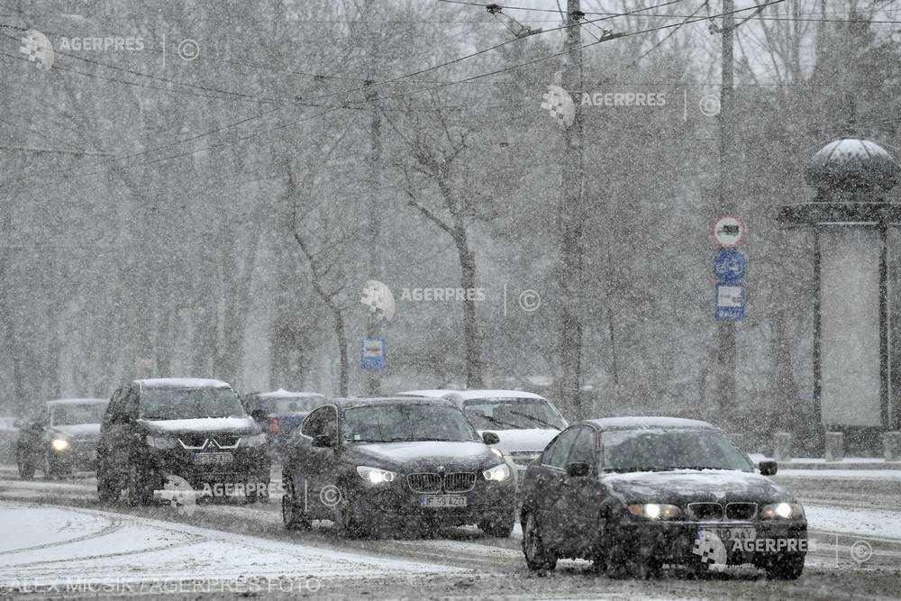 ANM: Cod galben de lapoviţă, ninsoare, polei şi vânt în 19 judeţe şi în Bucureşti, de luni seară