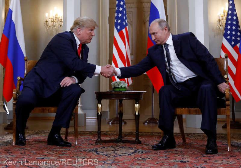 Întârzieri, gesturi glaciale şi o minge de fotbal: Celălalt summit dintre Trump şi Putin