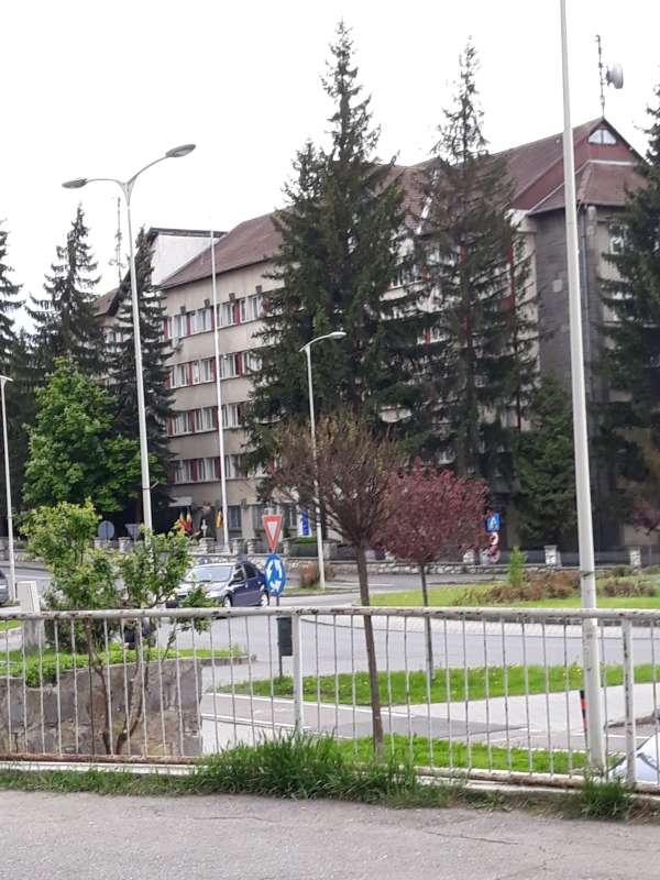 Harghita: UNPR solicită repunerea pe catarg a drapelului în faţa IPJ; şeful poliţiei susţine că va fi înlocuit