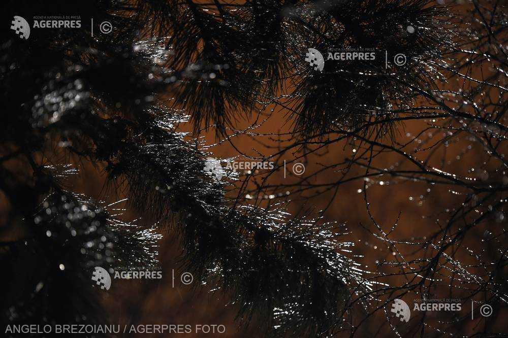 ANM: Lapoviţă, ninsoare, polei şi vreme deosebit de rece, până marţi, la ora 21:00