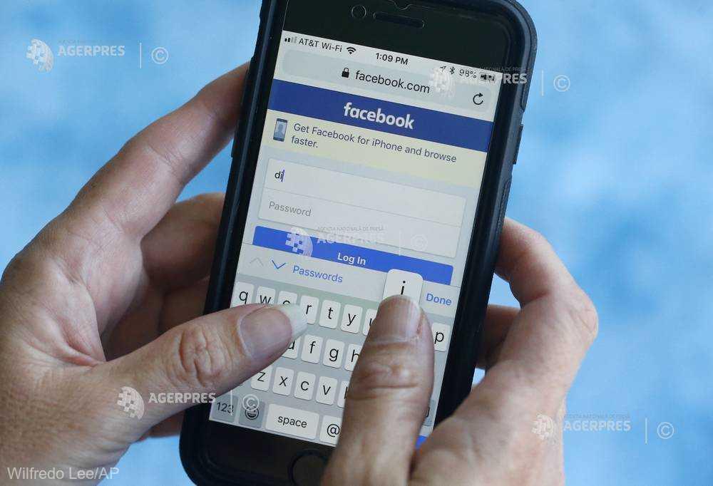 Internauţii vârstnici, mai înclinaţi să distribuie informaţii false pe Facebook (studiu)