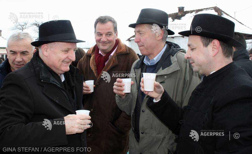 REPORTAJ Harghita: Ambasadorii SUA, Marii Britanii, Belgiei şi Ungariei au mâncat kürtőskalács, la Balul de Lăsata Secului