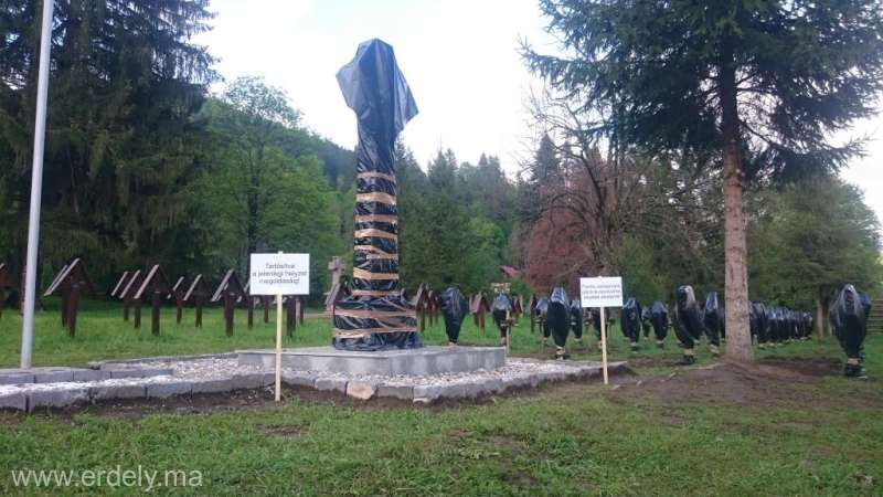 Bacău: Cercetări ale poliţiştilor privind cruci acoperite cu saci de plastic în Cimitirul Internaţional al Eroilor Valea Uzului