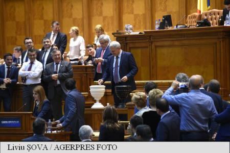 Parlamentarii au votat demiterea Guvernului; legitimitatea și autonomia Executivului - puse în discuție (sinteză)