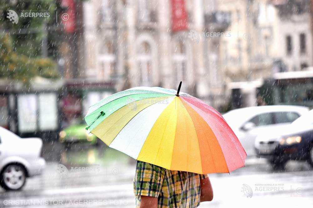 ANM a emis atenţionări cod galben de ploi şi furtuni în aproape jumătate din ţară, sâmbătă după-amiază