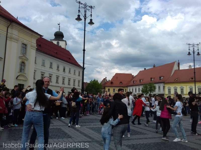 Sibiu: Sute de oameni au celebrat Ziua internaţională a dansului în centrul oraşului