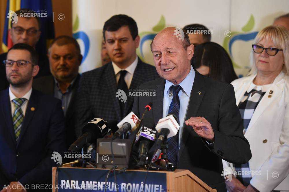 Băsescu, întrebat dacă sunt acoperiţi în partid: PMP e prea tânăr ca să aibă, dar poţi să ştii?