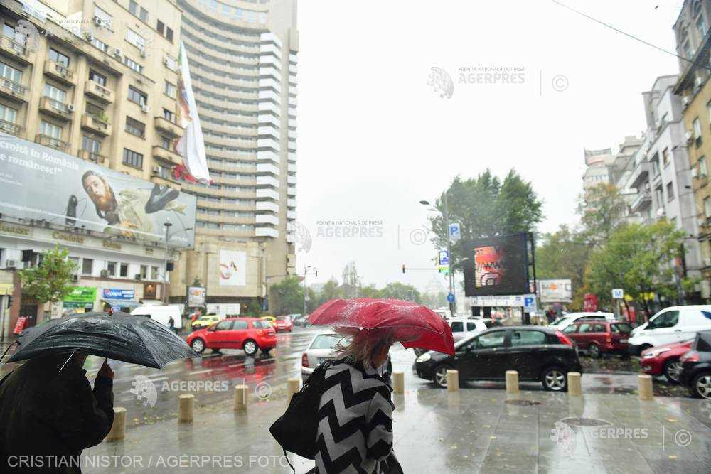 Averse, descărcări electrice şi intensificări ale vântului în Bucureşti, până vineri dimineaţa (ANM)
