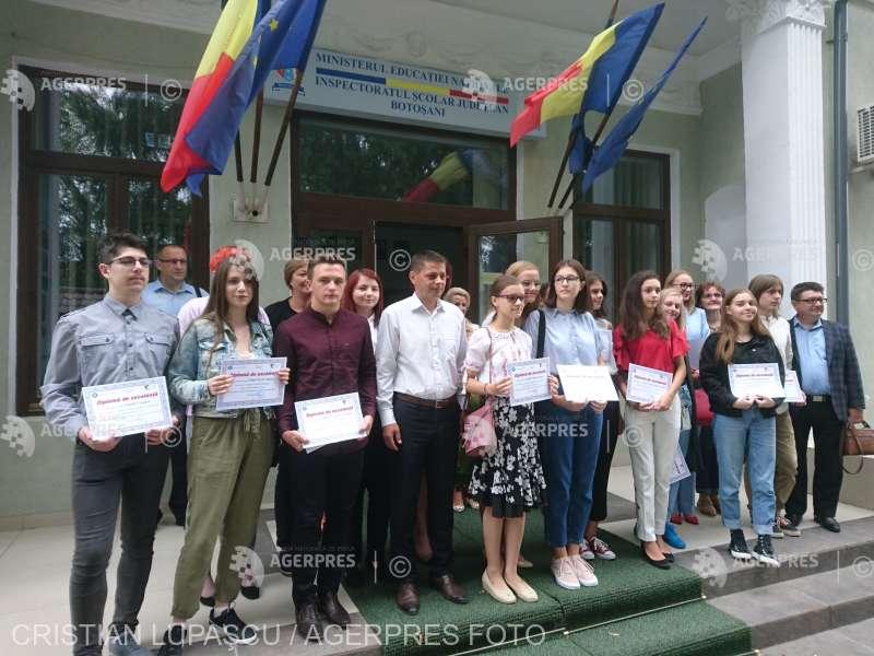 Botoşani: 13 elevi cu media 10 la Evaluarea Naţională şi la Bacalaureat, premiaţi de Inspectoratul Şcolar