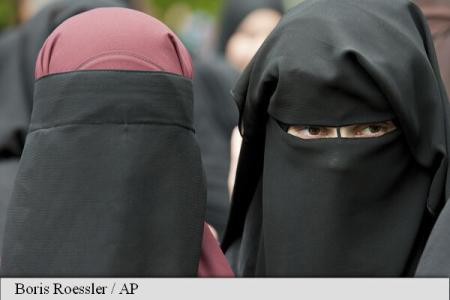 Danemarca, pe cale să devină următorul stat european care interzice purtarea vălului islamic integral