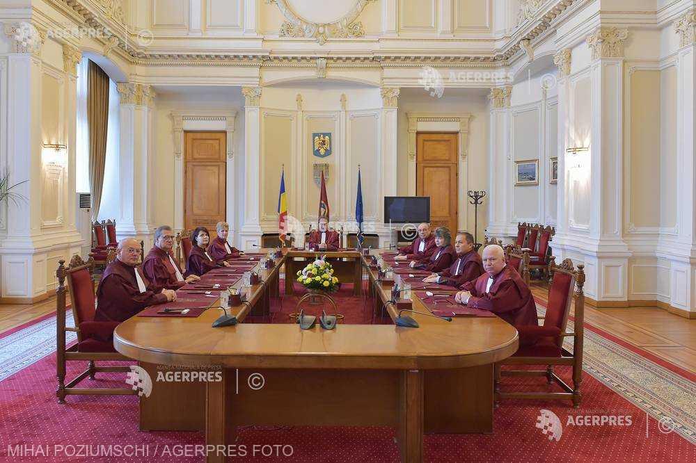 CCR a respins sesizările lui Iohannis cu privire la legile referitoare la crescătorii de suine şi sectorul avicol