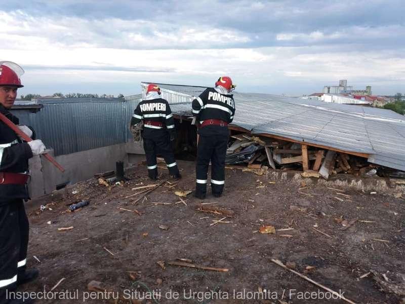 Ialomiţa: Autotren răsturnat, acoperişuri smulse, stâlpi de electricitate doborâţi, din cauza vijeliei