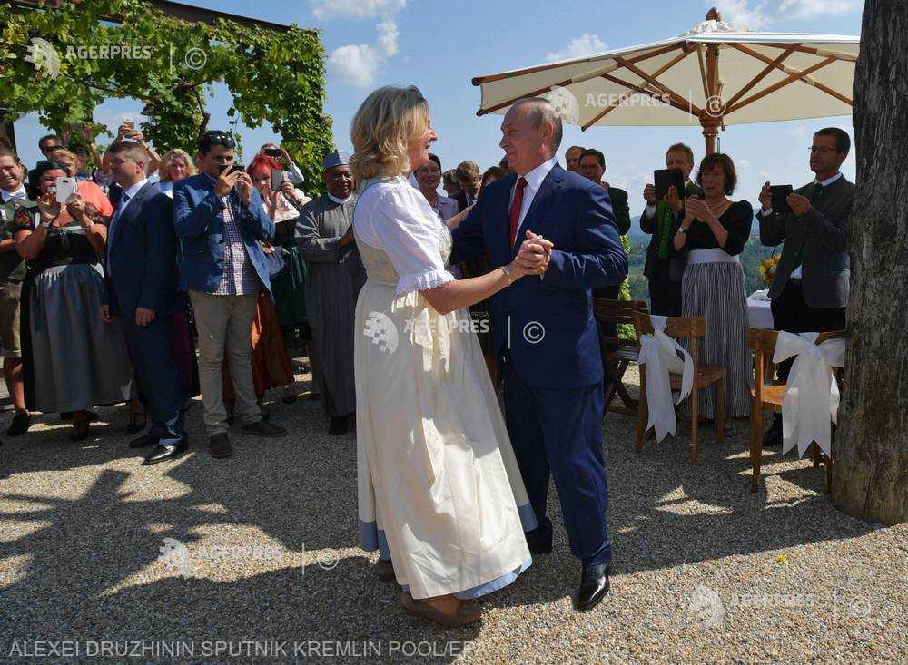 Dansuri cazaceşti şi flori oferite de Vladimir Putin miresei Karin Kneissl (GALERIE FOTO)